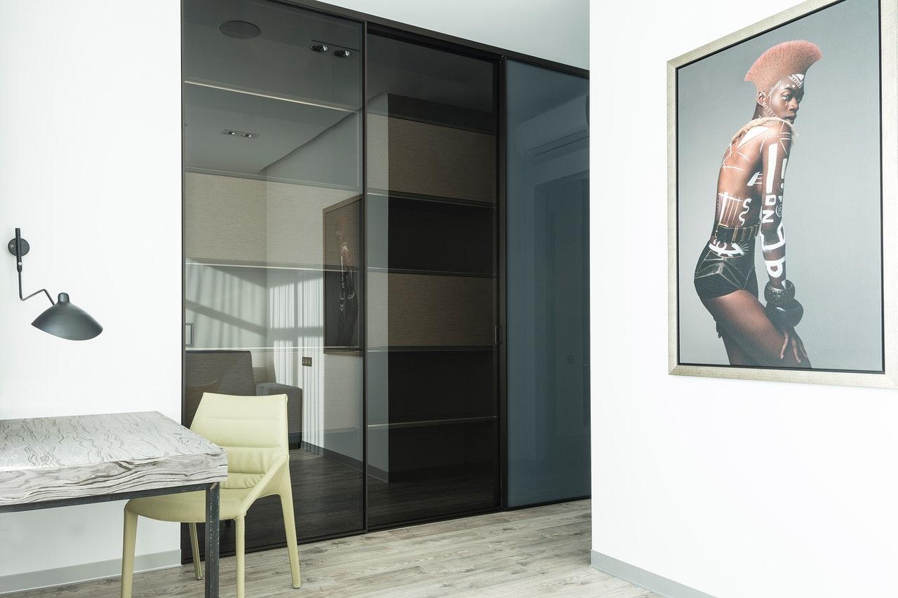 Jak dobrać modną i funkcjonalną szafę do każdego wnętrza?